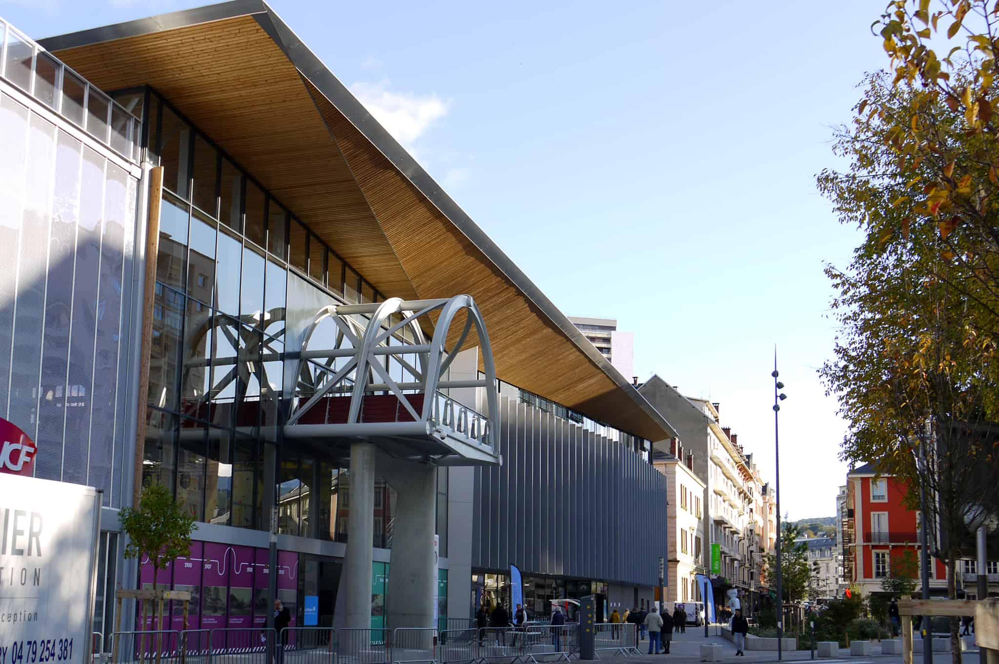 B+M Architecture - La passerelle en avancée marque l'entrée