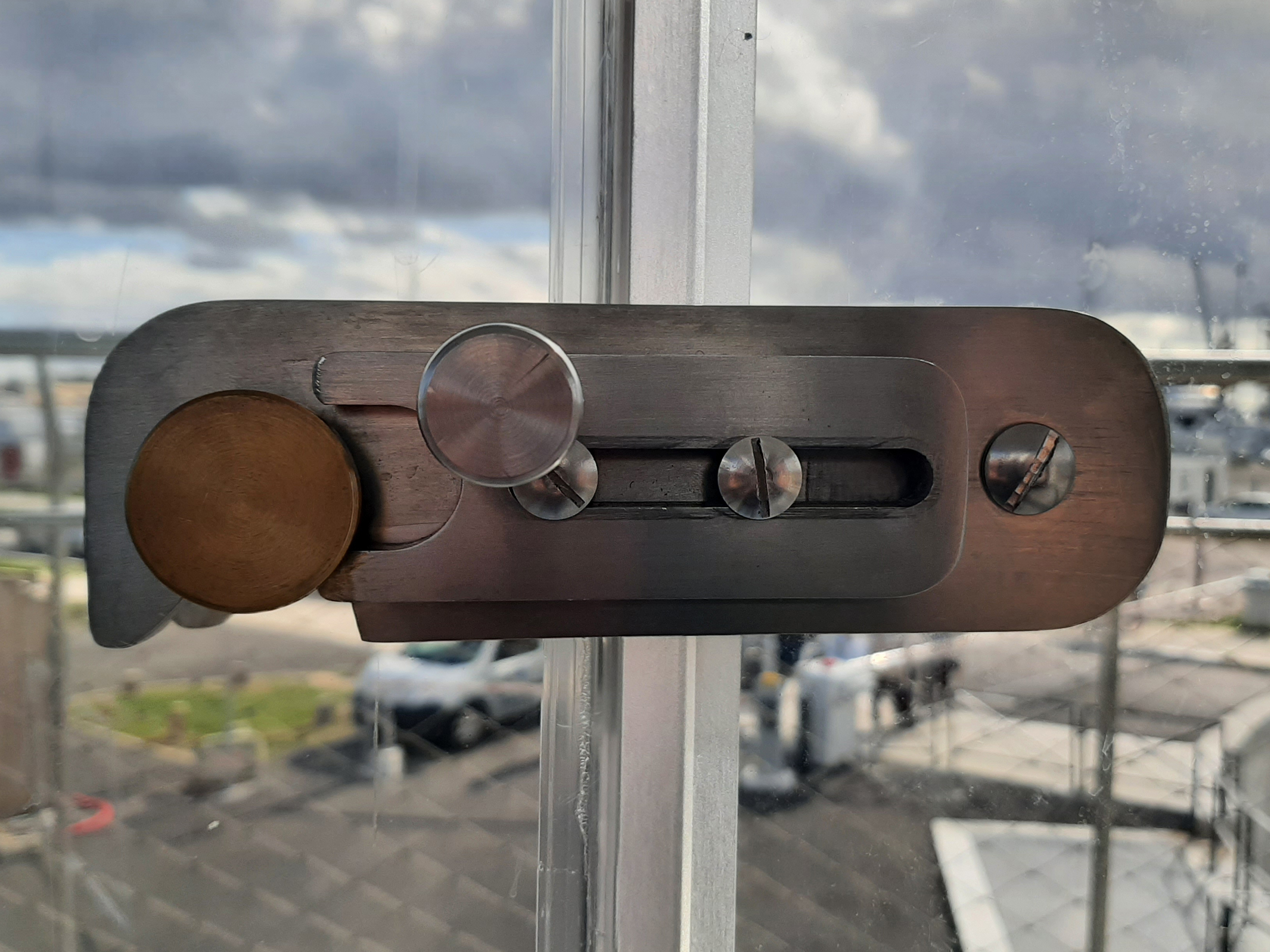 B+M Architecture - La serrurerie de la porte du poste